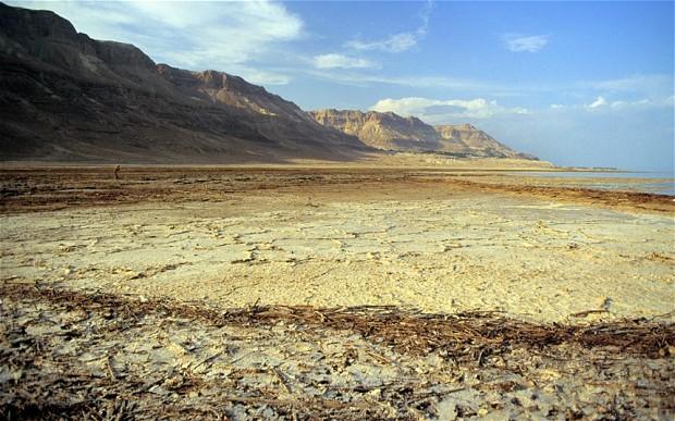 Resultado de imagen de El Mar Muerto se ha encogido dramáticamente (50 metros) durante el último medio siglo, proceso que se